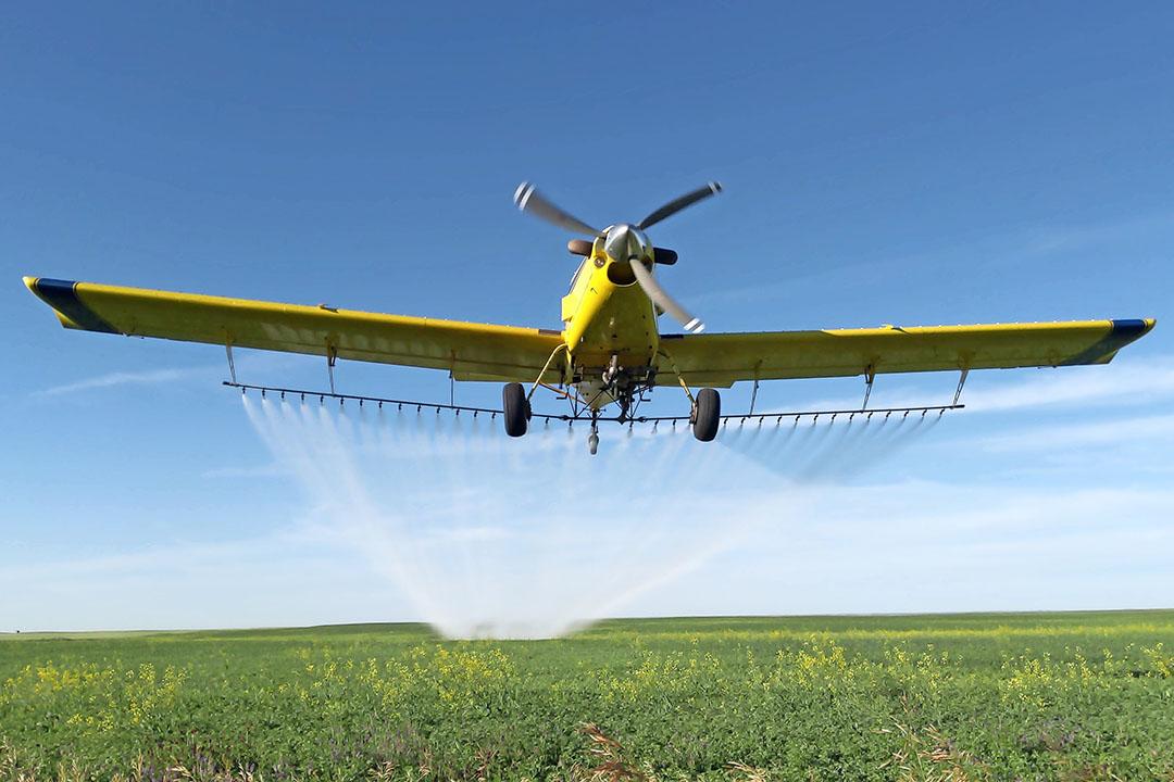 On-Europees is het eigen spuitvliegtuig, dat per keer 400 gallons (1.500 liter) spuitvloeistof meeneemt.