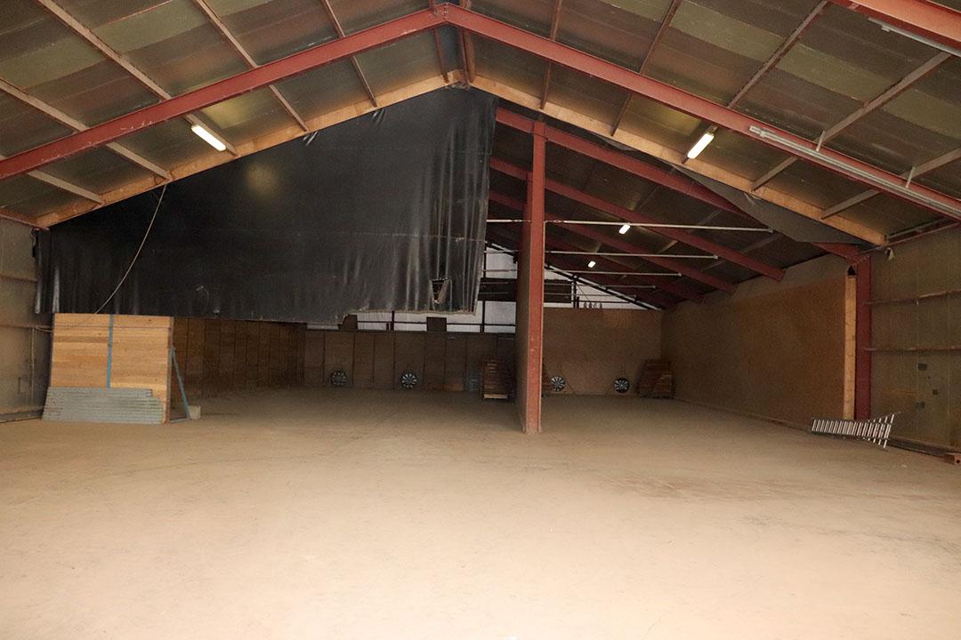 De binnenkant van de loods. Deze functioneert als machineloods en opslagruimte voor aardappelen. In totaal is circa 1.000 ton opslag mogelijk met bovengrondse luchtkanalen.