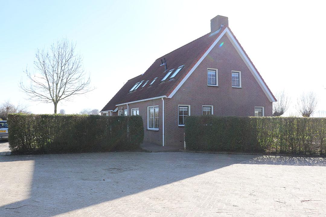 De bedrijfswoning is gebouwd in 1998 heeft een heeft een inhoud van circa 765 kuub. De woning telt vier slaapkamers waarvan één op de begane grond.