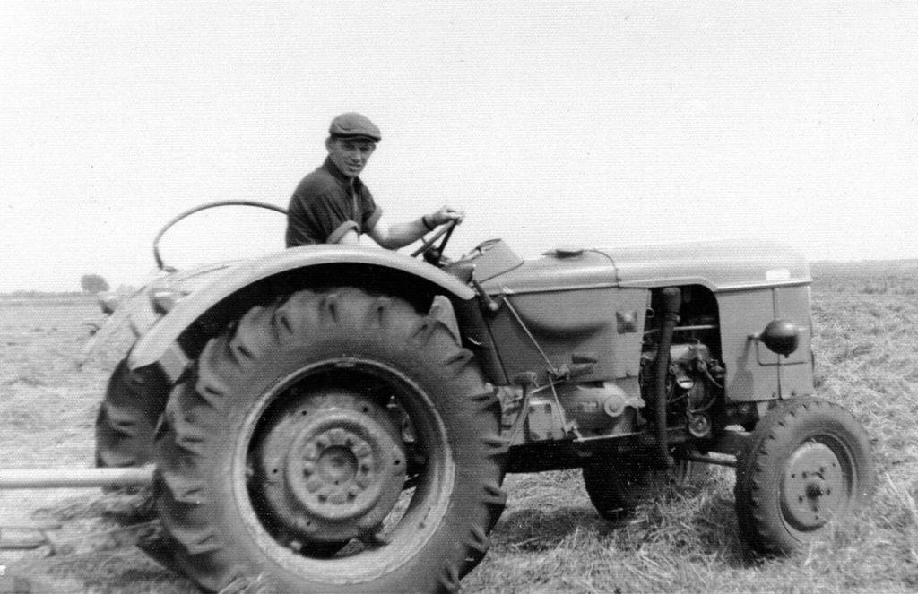 Jan op de trekker. Hij had de landbouwschool niet afgemaakt maar hij wilde toch boer worden. In dienst als knecht, wilde hij het vak beter leren.