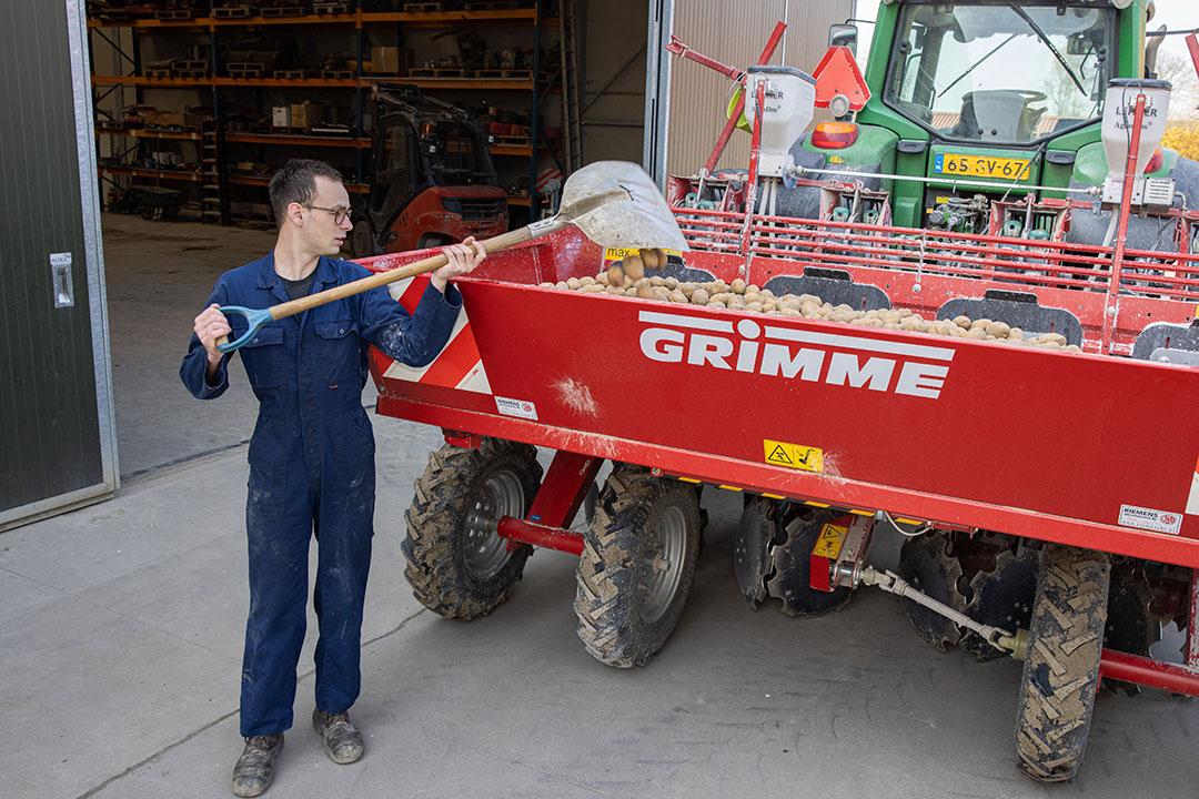 Bijna klaar om aardappelen te gaan poten. Nu Sten door de coronamaatregelen minder op school is, werkt hij thuis meer mee.