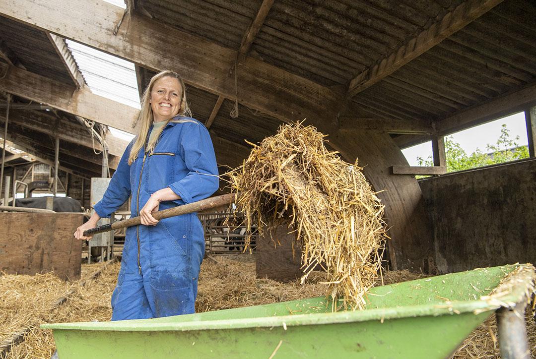 Saskia liep als kind al elk vrij uurtje tussen de koeien en inmiddels zit ze alweer 22 jaar met haar ouders in de maatschap.