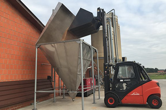 Vullen tarwe silo op vleeskuikenbedrijf – foto: Elanco