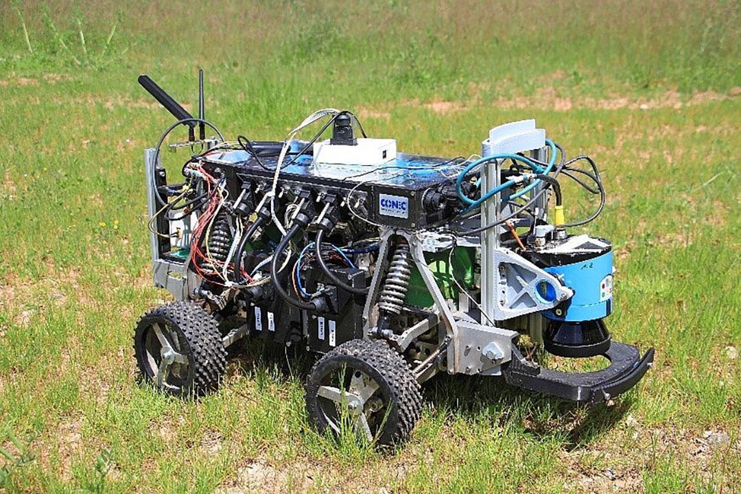 Bij de eenvoudigste opdracht (basisnavigatie) won team Betelgeuze Nova (hier hun 'echte' robot). Ze rondden de opdracht af in 2 minuut 22 en molesteerden al doende slechts vier maisplanten. - Foto: Beteigeuze