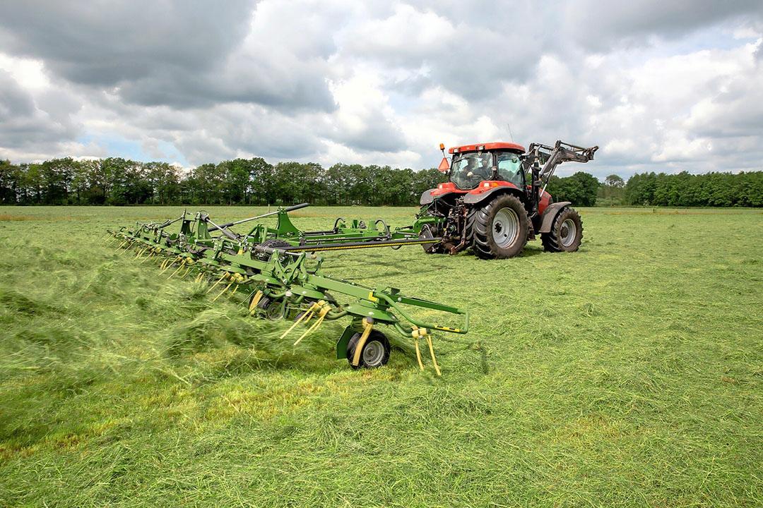Krone-schudder in actie. OptiTurn pakt het gras beter op en dus is een hogere rijsnelheid mogelijk, aldus de fabrikant. - Foto: Krone