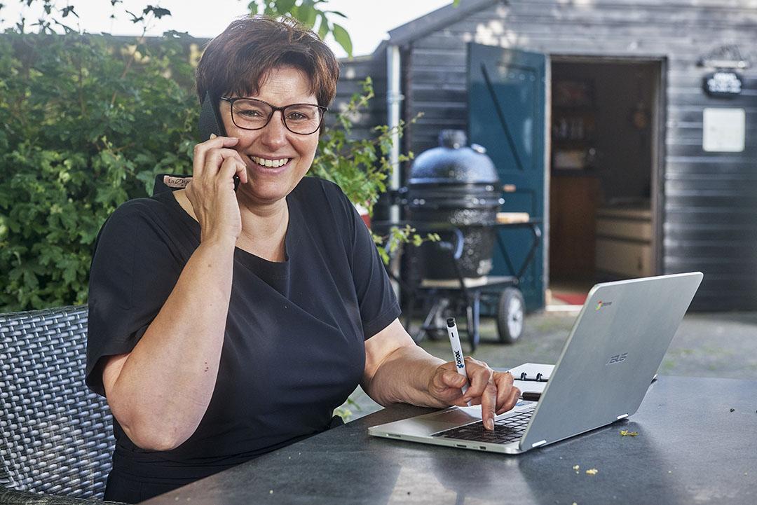 Miriam verzorgt de vleesverkoop in de winkel en via de webshop de boekingen voor het boertel.