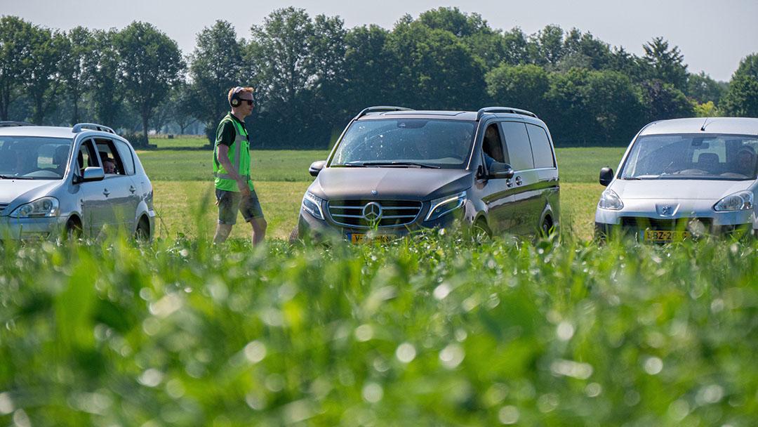 Vanuit de auto kunnen de bezoekers alles volgen. In het veld lichten de specialisten de verrichtingen, kenmerken en eigenschappen van de verschillende machines toe via de uitgereikte koptelefoon.