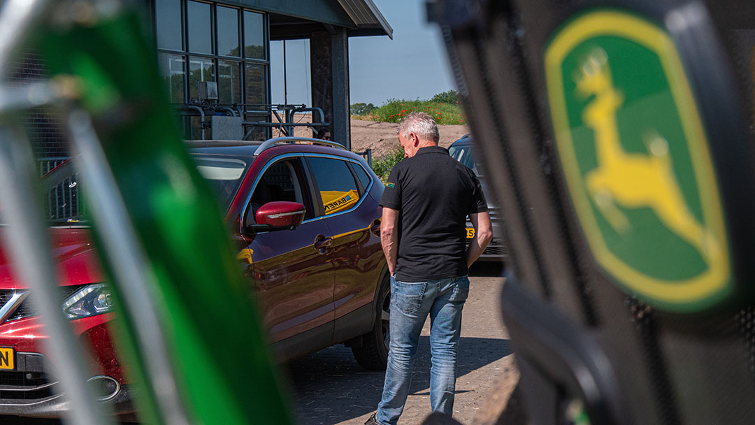 Op de drive-in minibeurs staan meerdere bedrijven de bezoekers te woord om vragen te beantwoorden over de verschillende producten en ideeën.