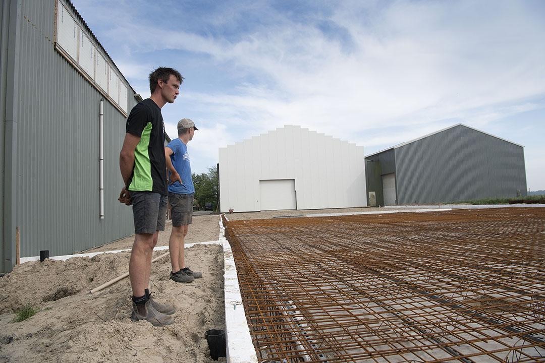 Er is een nieuwe loods in aanbouw. Voor de ene helft zal die dienen voor het bewaren van uien, de andere helft is voor de uienverwerking.