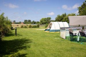 Nu veel mensen door corona niet naar het buitenland kunnen, zoeken ze een kampeerplek in Nederland. Boerencampings zijn gewild vanwege de rust en de ruimte.