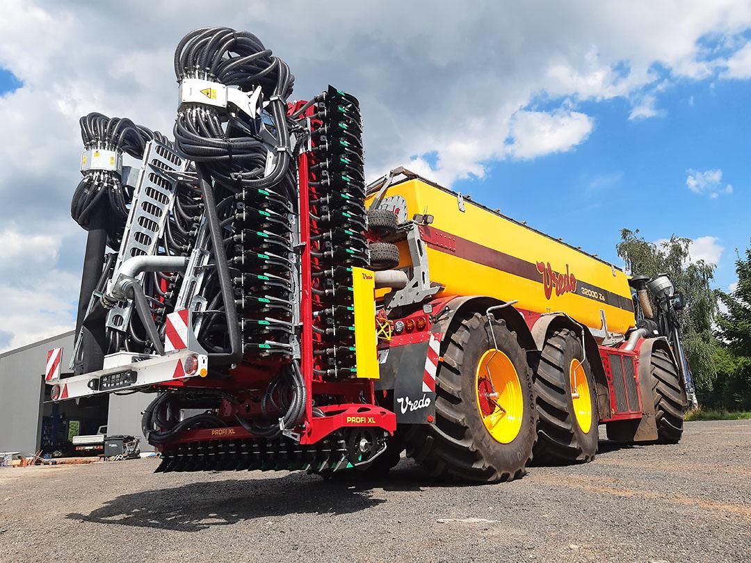 In transport vouwt de bemester zo op dat zelfs de 18 metermachine binnen de wettelijke maximumafmetingen blijft.