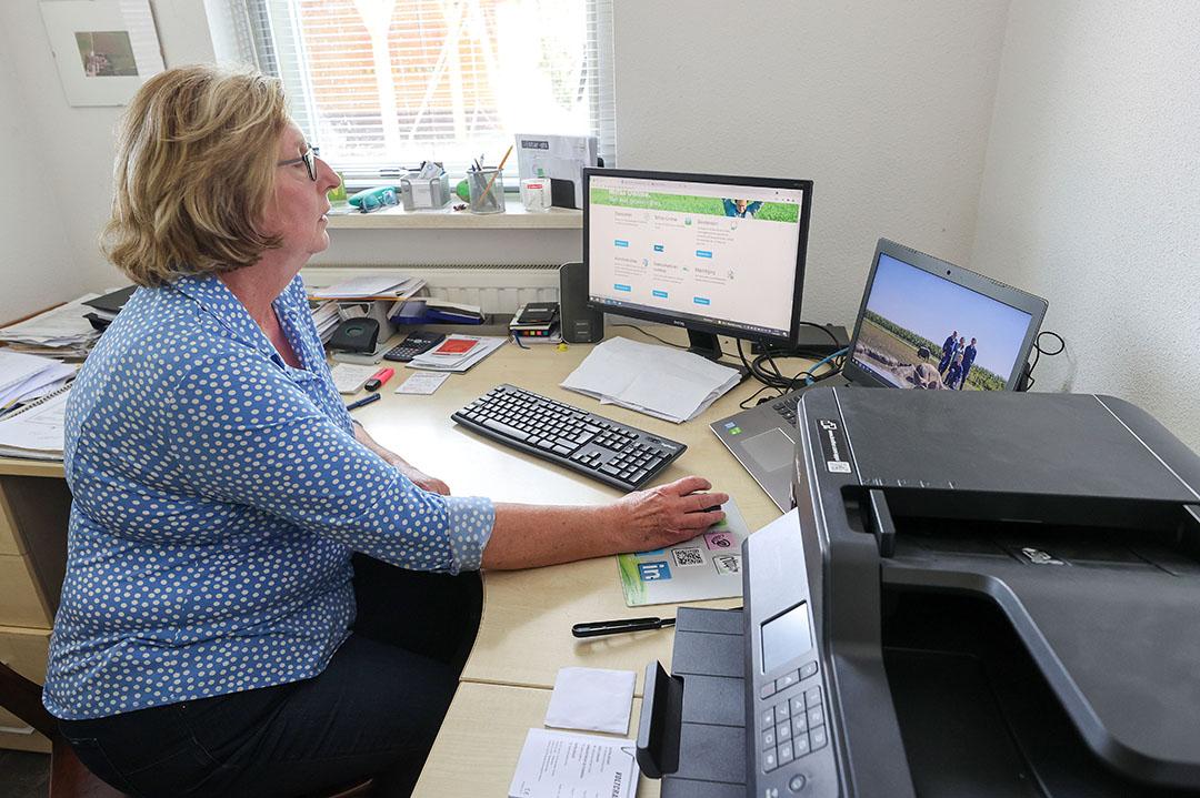 De financiéle administratie ligt volledig bij Janny, mede daardoor weet ze precies hoe het er op het bedrijf aan toe gaat. - Foto: Bert Jansen