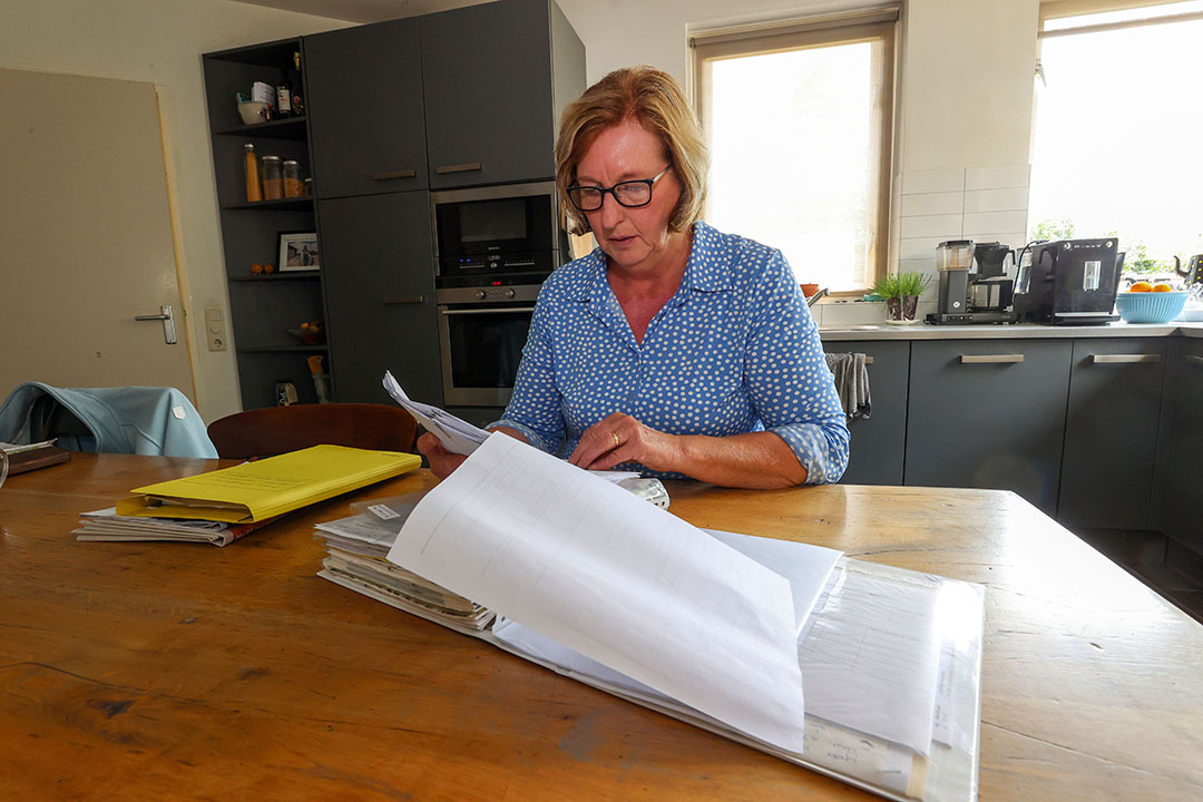 Bij een agrarisch bedrijf hoort veel papierwerk, Janny neemt dat op zich, ze vindt dat leuk om te doen. - Foto: Bert Jansen