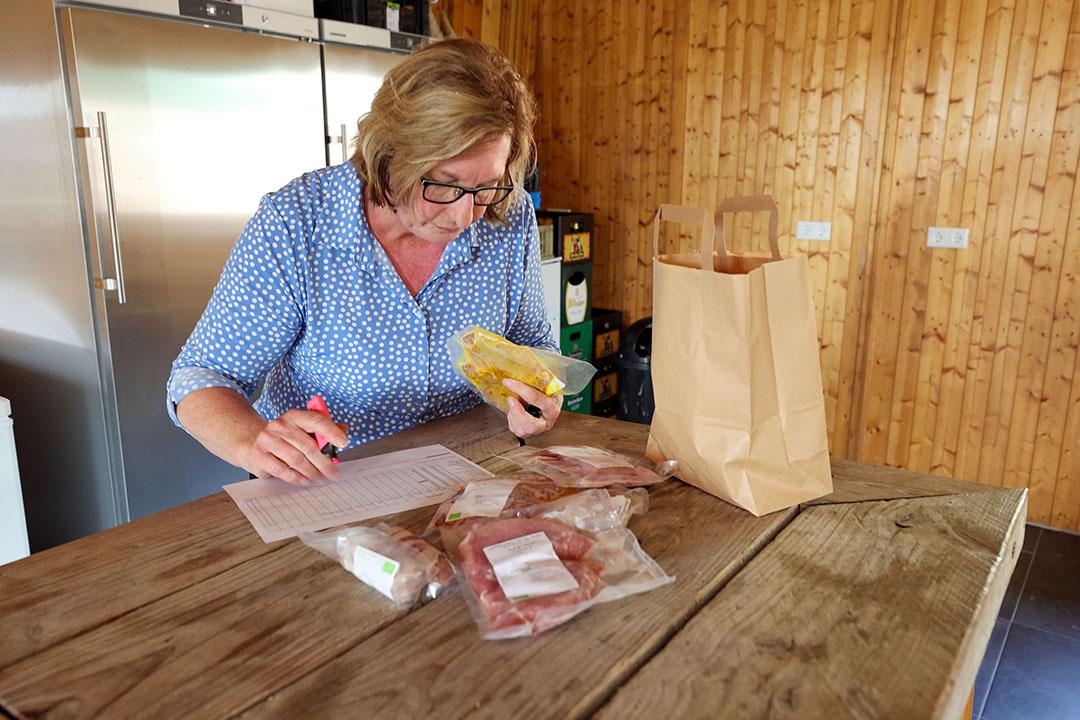 Sinds kort kunnen consumenten ook diepgevroren vleespakketten bestellen. Dat gaat via een apart platform: www.bestelboer.nl. Janny maakt de pakketten verzendklaar. - Foto: Bert Jansen
