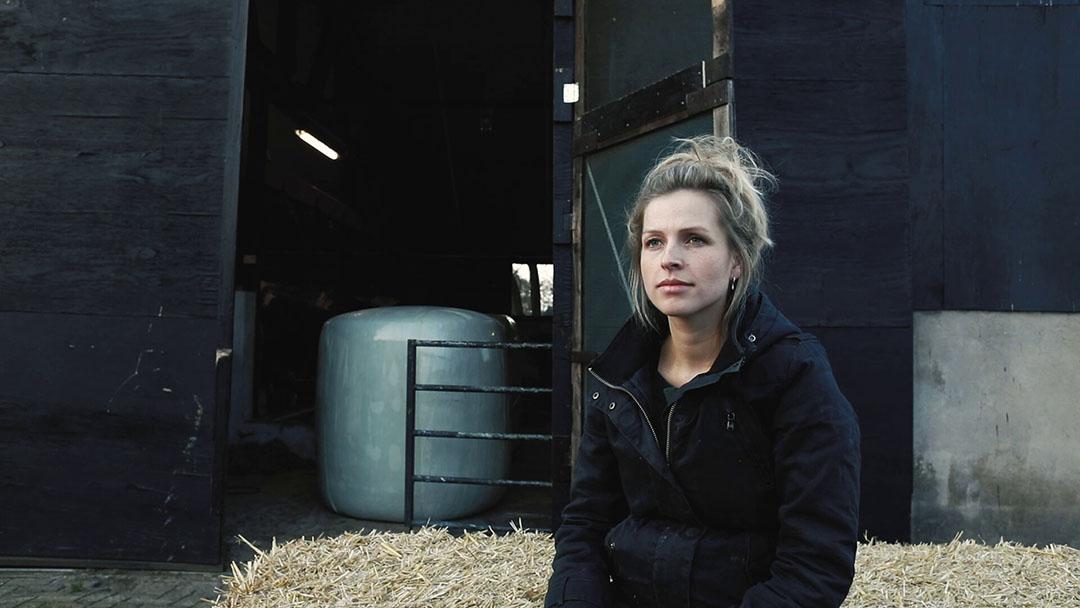Een beeldfragment uit de film: 'Ik zorg dat ik geen nagellak op doe want dan word ik niet serieus genomen.'