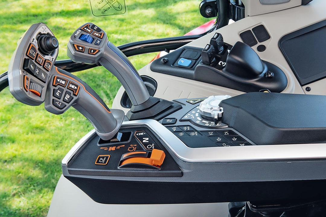 Close-up van de armleuning. Het rijhendel kennen we onder andere uit de 5S. Naast hydraulische- en motorfuncties zijn ook praktische zaken hier te regelen, zoals de radio.