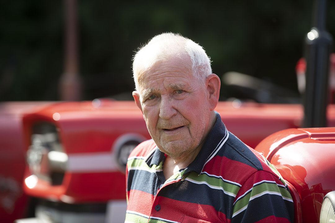 """Boerenzoon Jan Wassenaar is 79 jaar oud. Hij woont in het Friese Surhuisterveen. Tijdens zijn werkzame leven was hij buschauffeur. Namens Dalstra Reizen zag hij als touringcarchauffeur veel van Europa. """"Ik ben vaak in Scandinavië geweest"""", aldus Wassenaar. Tijdens de wintermaanden hielp hij in de garage mee met het onderhoud aan de bussen. Zo ontwikkelde hij een passie voor sleutelen. """"Ik ben geen monteur, maar bij Dalstra heb ik veel geleerd."""""""
