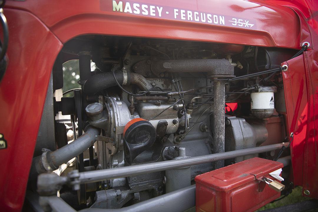 Vader Jan en zoon Jappie Wassenaar knapten de MF 35 X in een paar maanden tijd helemaal op. De trekker – het is een 3-cilinder –  lag volledig uit elkaar.