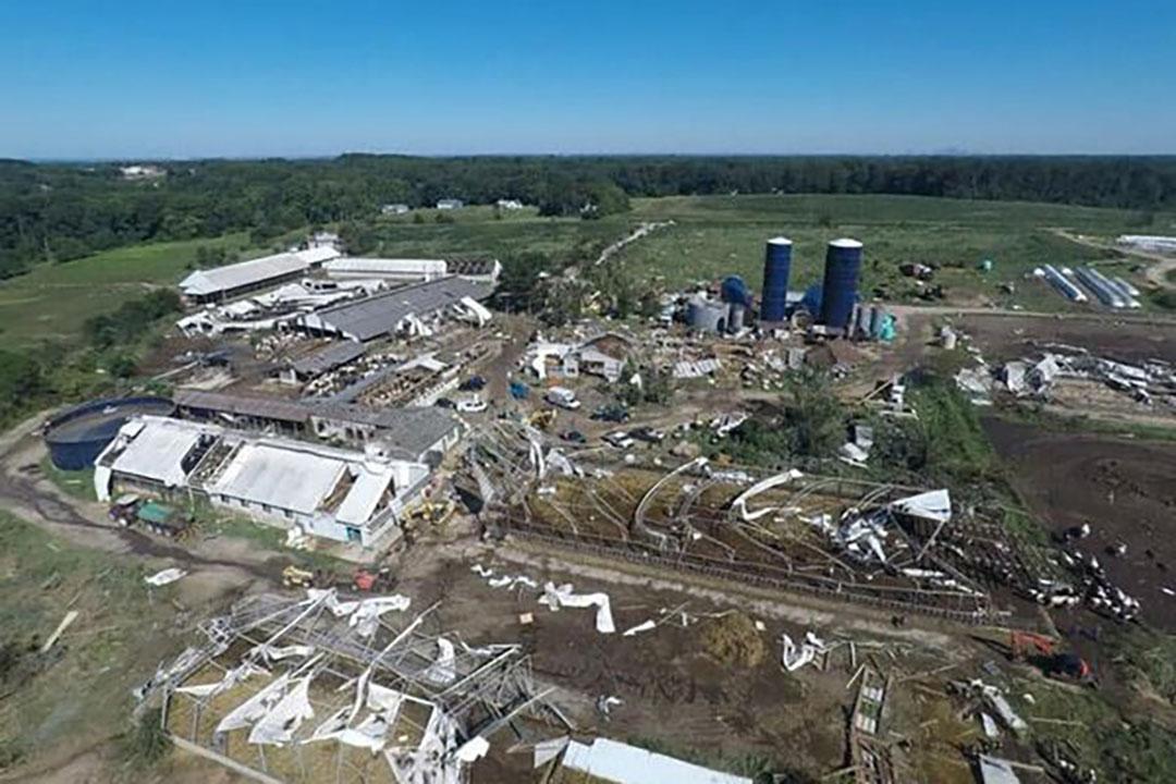 Twee torensilo's gevuld met silage en enkele graanopslagsilo's vielen bovenop de trekkers. - Foto: Wellacrest Farms