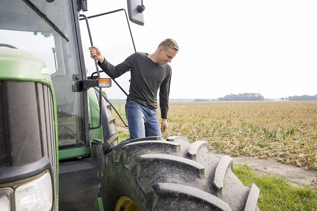 Even kijken bij de uien. De oogst daarvan vindt Leon een van de mooiste klussen van het jaar.