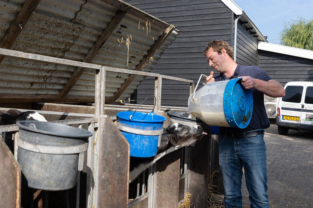 Gertjan gaat over de kaas, de 90 koeien en de kalfjes, zijn ouders doen het pluimvee en de handelstak.