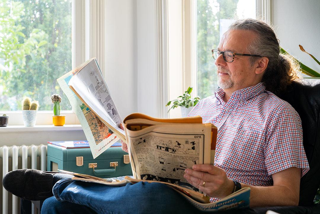 Herman met enkele oude nummers van Boerderij, toen de strip nog getekend werd door zijn voorganger. 'De opzet was briljant.' - Foto: Jan Willem Schouten